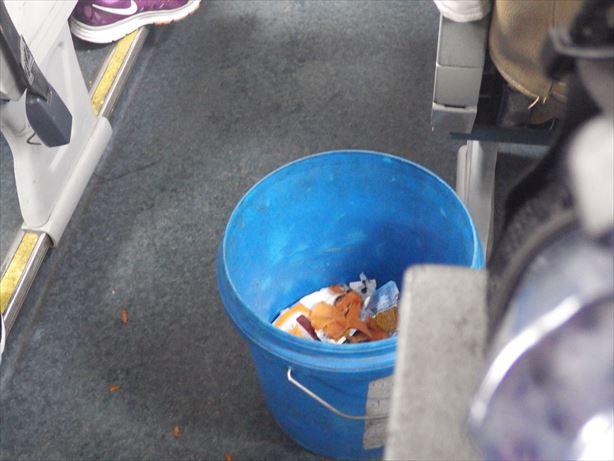 バスの中にゴミ箱