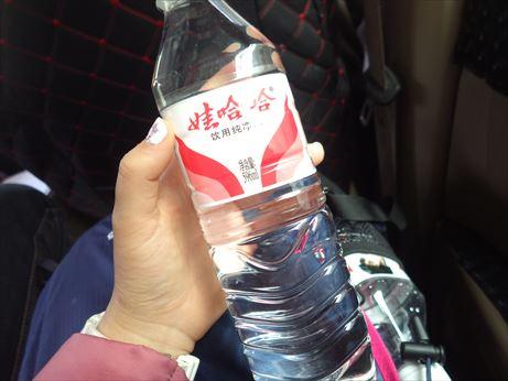 理塘:水買ってくれた。_R