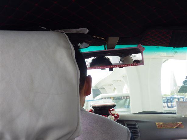 タクシーで西寧駅へ_R