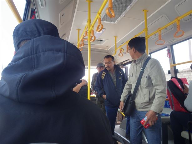 次はバスに乗り換え。もう何回乗り換えるんだー!!