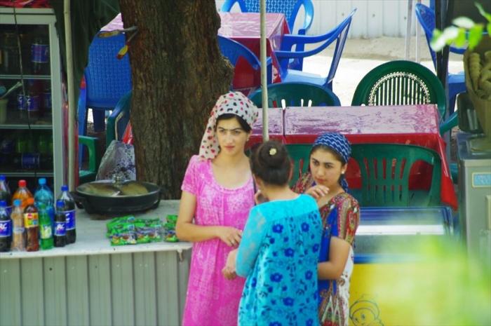 女性の衣装がきれいタジキスタン (1)_R