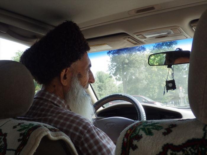 タクシーのおじちゃんの髭がすごい